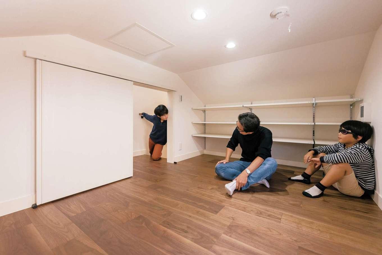 階段途中の中2階に設けた蔵。5畳の広さがあり、収納スペースや、子どもたちの秘密基地として活躍。踊り場からフラットに繋がるので、出入りもしやすい