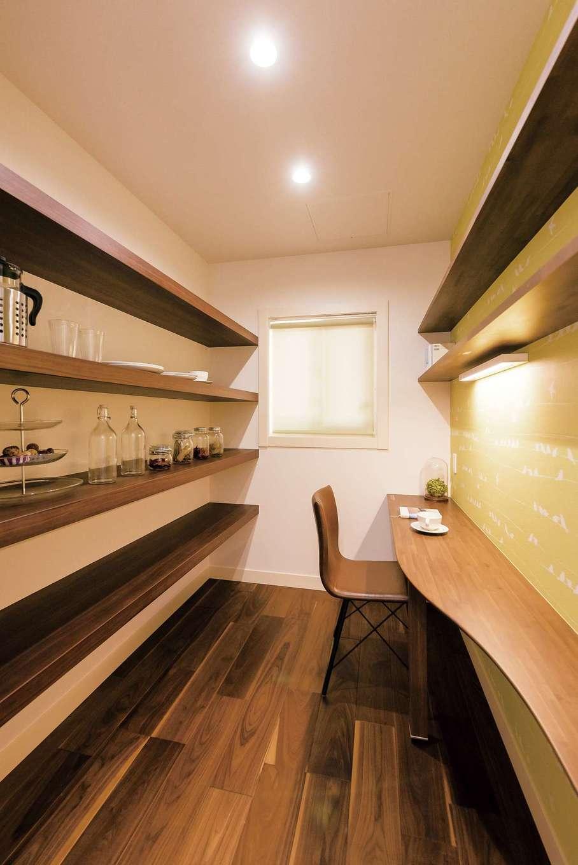 キッチンの奥にはパントリー兼家事室が。フリーに使えるオープン棚は大容量の収納力。カウンターデスクにはライトも設置。お料理のレシピを調べたりと、家事作業もしやすい