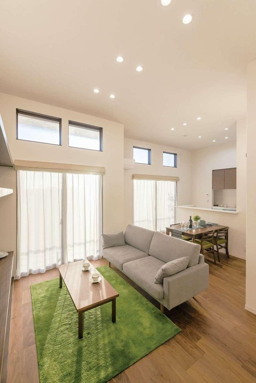 ミサワホーム静岡【デザイン住宅、収納力、間取り】3.5mもの天井高を誇るリビング。高窓を設けることで、外の光をふんだんに取り入れる。ダウンライト照明を採用して、すっきりとした開放感を強調している