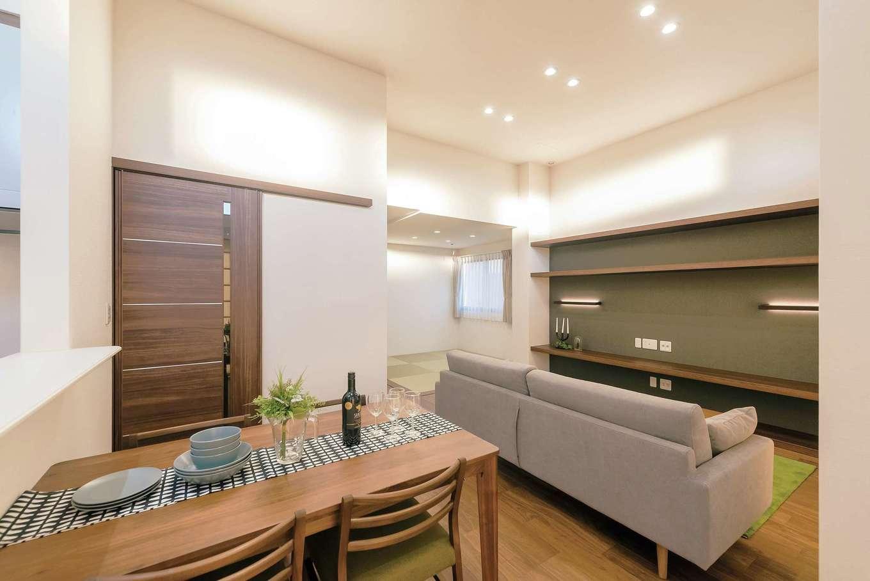 ミサワホーム静岡【デザイン住宅、収納力、間取り】ダイニングスペースからも広がりを感じさせるリビング。和室コーナーもリビングの一部に取り込む。水回りと階段室は扉付きで、冷暖房効率を損なわない