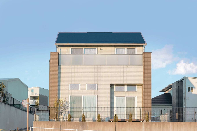 ミサワホーム静岡【デザイン住宅、収納力、間取り】1.5階に二つの蔵を配したことで、総2.5階を実現。バルコニーには半透明の強化ガラスを用いて、明るさを確保しつつプライバシーを守る