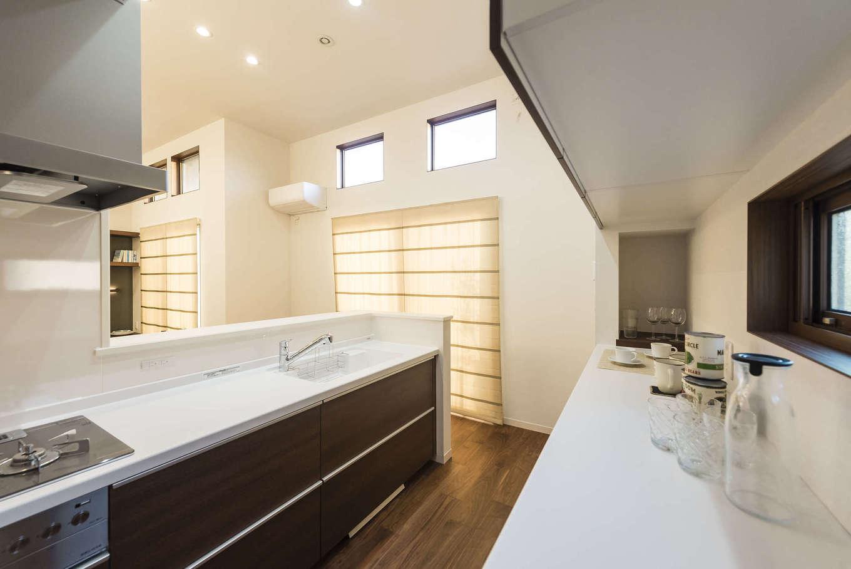 ミサワホーム静岡【デザイン住宅、収納力、間取り】キッチン収納も充実。背面の作業台のサイドにはニッチを造作。スパイスラックとして、また、レシピ本を置いたりお気に入りの雑貨を飾ったりと便利に使える