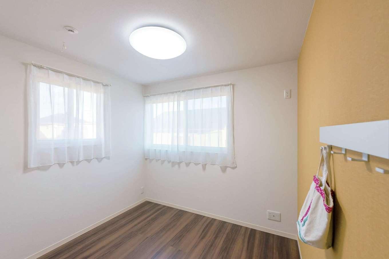 ミサワホーム静岡【デザイン住宅、収納力、間取り】子ども部屋は2面に窓を取り、明るい空間に。壁の一面にアクセントクロスを用いたほかはシンプルに。子どもたちも個性を活かしたインテリアづくりができる