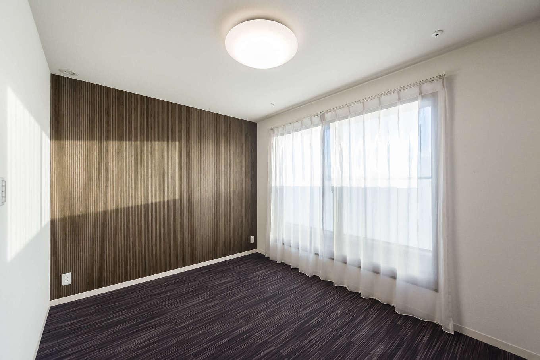ミサワホーム静岡【デザイン住宅、収納力、間取り】寝室は高級感のあるタイルカーペット敷きに。足裏に優しく、フローリングにくらべホコリが立ちにくいのも特徴。ホテルのベッドルームのような感覚でくつろげる