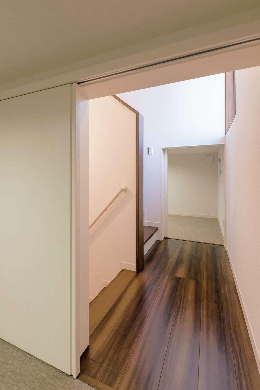 ミサワホーム静岡【デザイン住宅、収納力、間取り】収納力抜群の「蔵」は、5.2畳と4畳のふたつを階段を挟んで2か所に配置。小さな子どもの遊び場として、季節外の荷物の収納場所として、また、災害時用の備蓄倉庫としても大活躍する