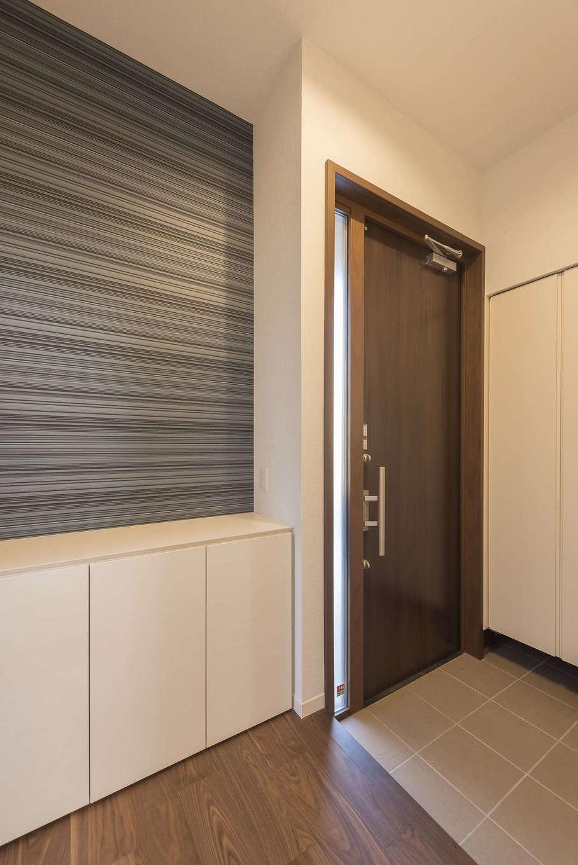 ミサワホーム静岡【デザイン住宅、収納力、間取り】3.5m天井高の玄関ホール。玄関ドアはハイタイプを採用。断熱性が高いので、ゆとりの空間を快適に保つ。土間にはコートも掛けられる可動棚付きのシューズクロークを完備
