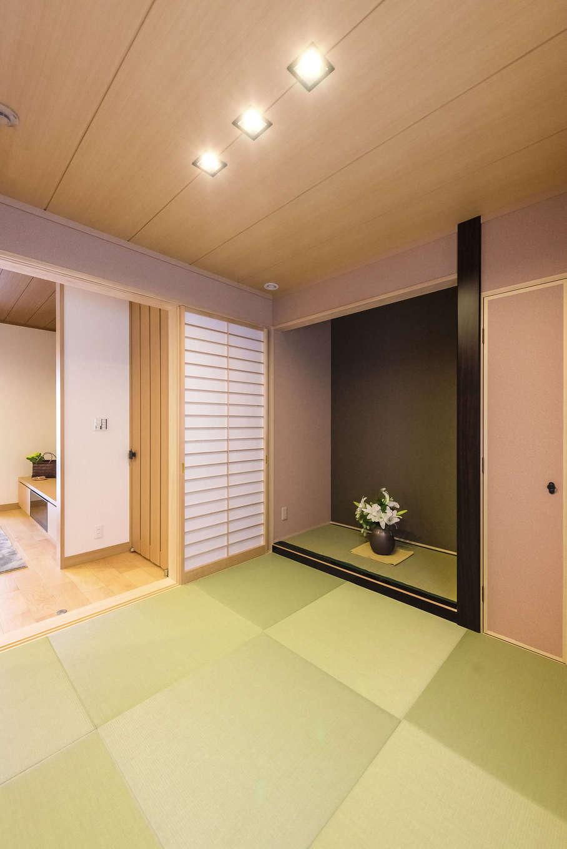 ミサワホーム静岡【デザイン住宅、和風、省エネ】本格的な床の間を備えながらも、縁無し畳やダウンライトでモダンさをプラスした和室。リビングとはバリアフリーで繫がるので、子育て中も活躍する空間だ