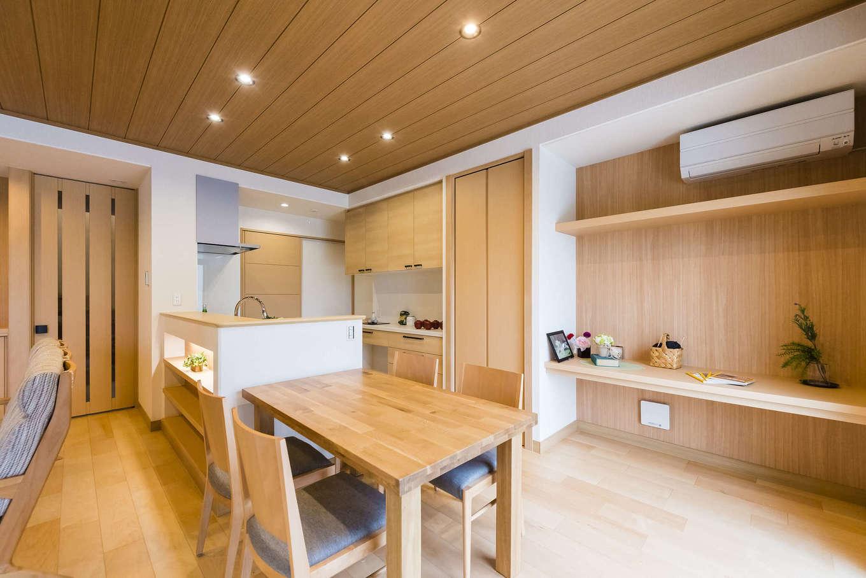 ミサワホーム静岡【デザイン住宅、和風、省エネ】ダイニングスペースはキッチンサイドに。大きなカウンターデスクは、奥さまの家事スペースや、子どもの勉強机として活躍する