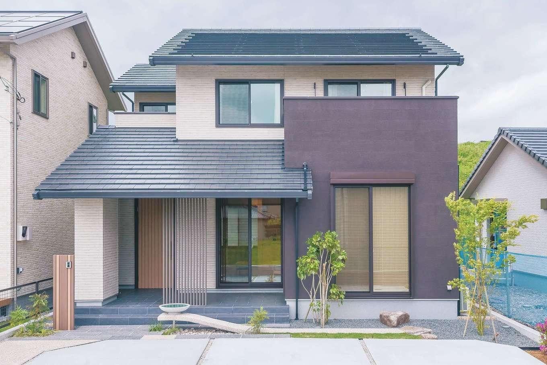 ミサワホーム静岡【デザイン住宅、和風、省エネ】玄関まで大きく張り出した片流れ屋根が印象的な外観。つくばいのような石造りの水盤が、いっそう和の雰囲気を醸す。太陽光発電パネルはスレート瓦一体型で、景観を損なわない秀逸なデザイン