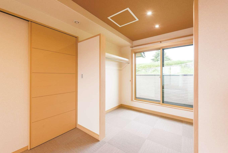 ミサワホーム静岡【デザイン住宅、和風、省エネ】富士山を望める土地の特性を活かすため、寝室のウォークインクローゼットとしては異例の、大きな掃き出し窓のあるベランダを設置。暮らしを楽しむひと工夫だ