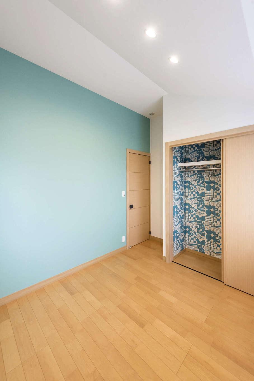 ミサワホーム静岡【デザイン住宅、和風、省エネ】爽やかなミントブルーのアクセントクロスを用いた子ども部屋。クローゼットの内部には、同色で描かれた模様入りクロスを