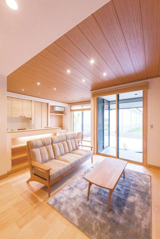 ミサワホーム静岡【デザイン住宅、和風、省エネ】約2.6mの天井高で、ハイタイプの窓を採用したリビング。キッチンカウンターの背面はオープンシェルフにして、インテリアとしての見せる収納も楽しめるよう配慮