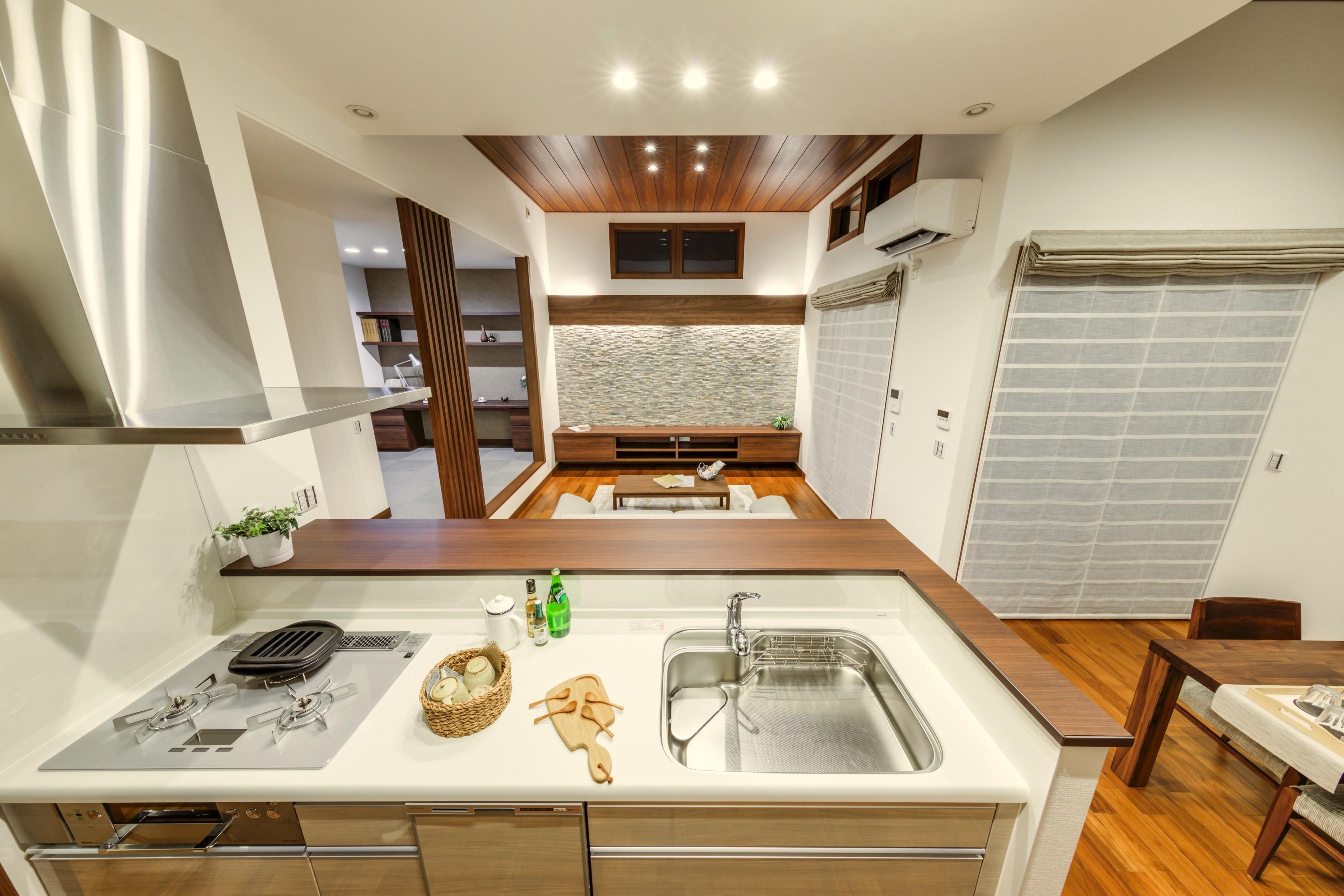 ミサワホーム静岡【デザイン住宅、収納力、間取り】キッチンからはリビングでくつろぐ家族の様子が見渡せる。コミュニケーションが取りやすく、料理をしながら子どもの勉強も見てあげられる