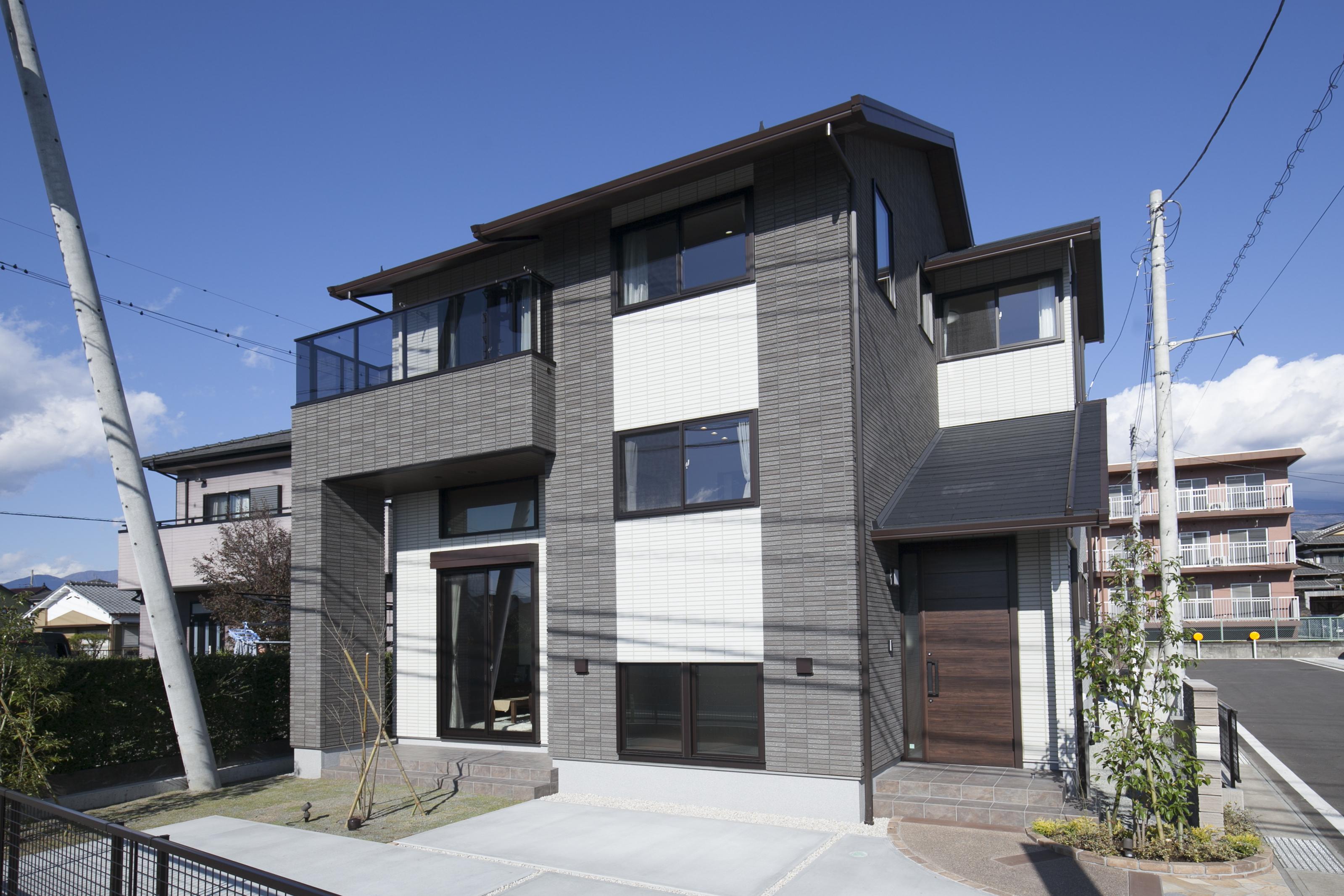 ミサワホーム静岡【デザイン住宅、収納力、スキップフロア】デザイナーによるスタイリッシュで存在感のある外観。タイル貼りが高級感を引き立てる