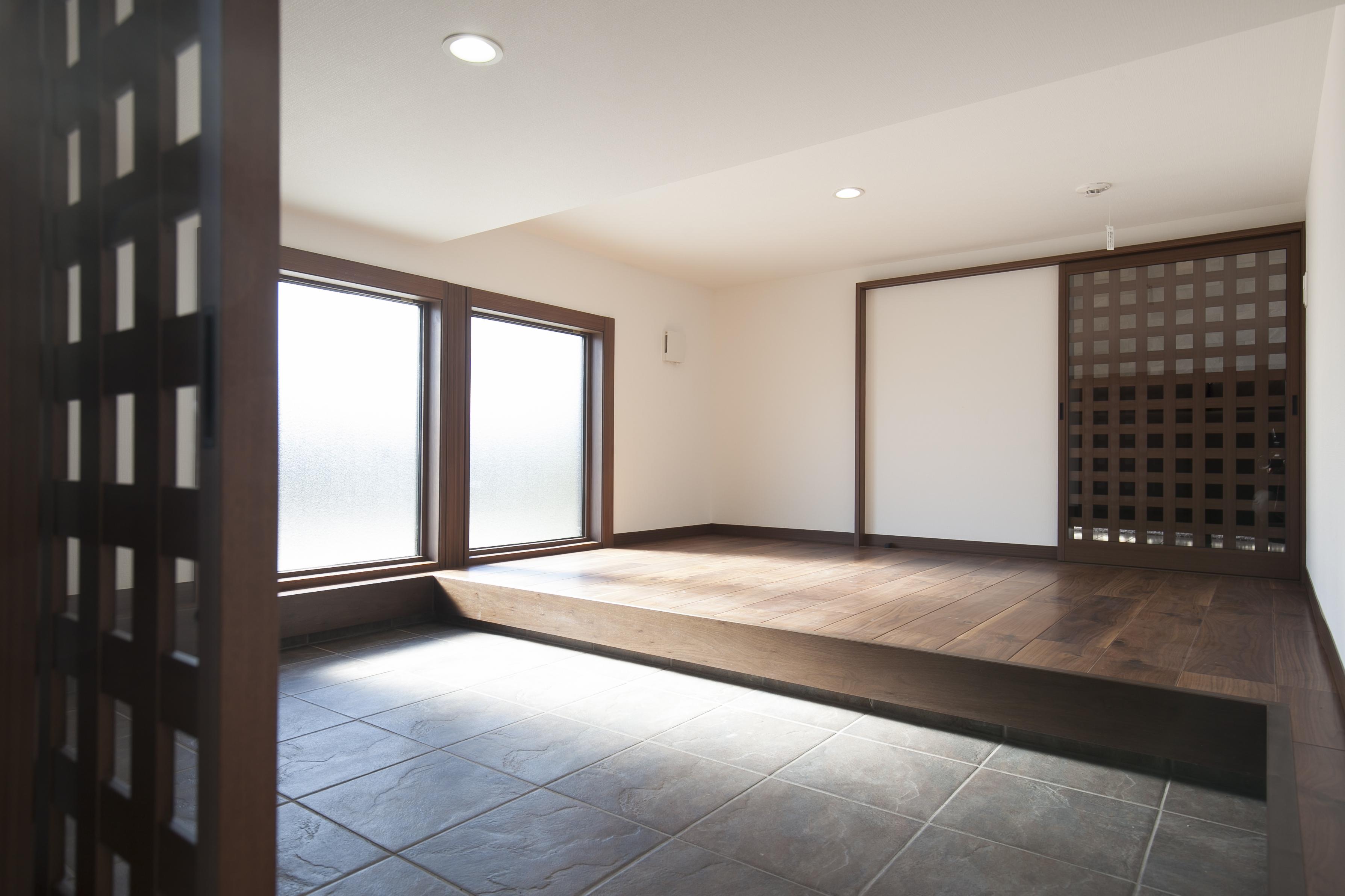 ミサワホーム静岡【デザイン住宅、収納力、スキップフロア】玄関とリビングから利用できる「蔵」。玄関側は土間になっており、外で使うアウトドア用品やスポーツ用品、自転車などもしまえて便利。多彩に活用できる