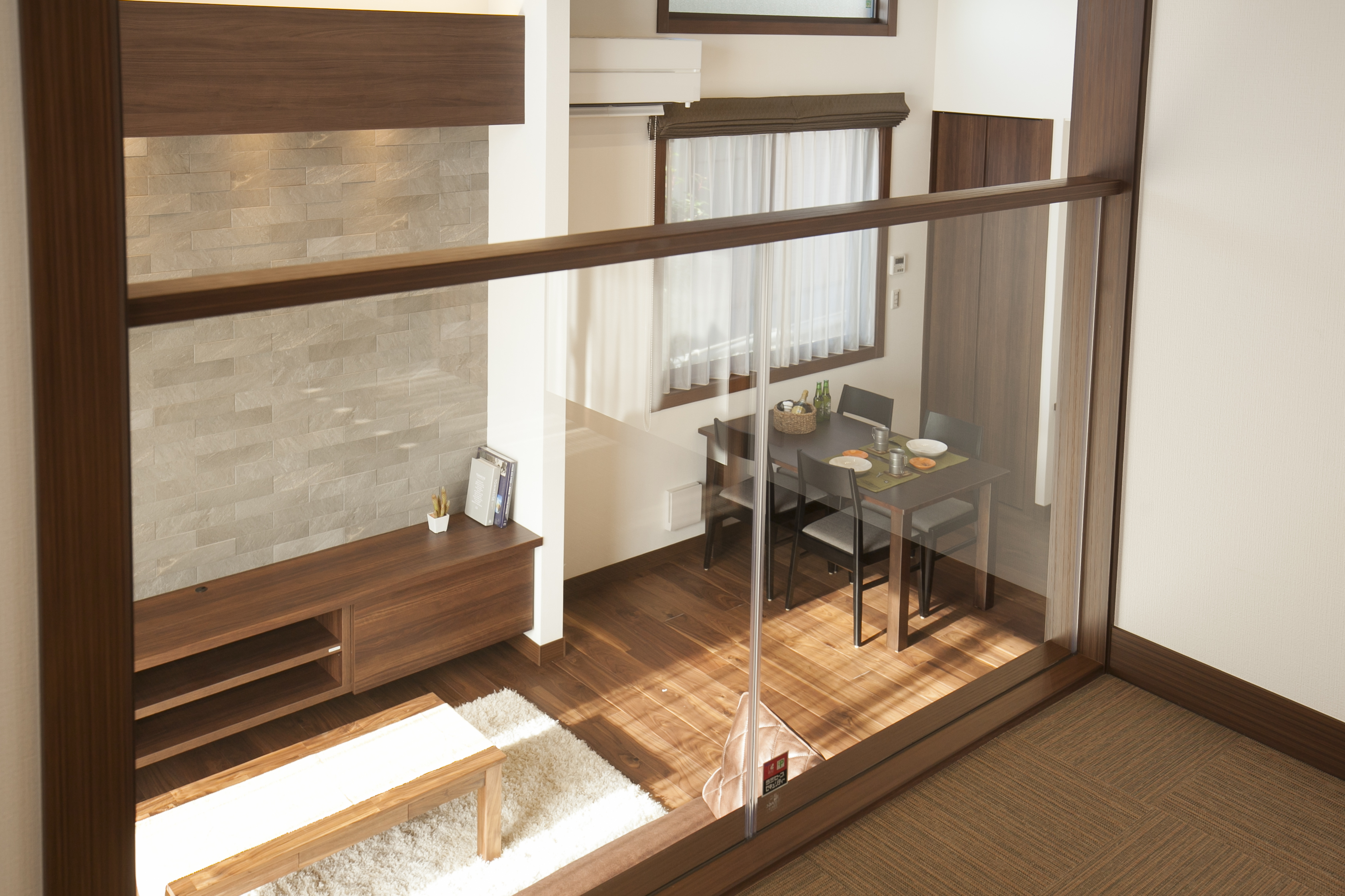ミサワホーム静岡【デザイン住宅、収納力、スキップフロア】「蔵」の上には、1階とコミュニケーションがとりやすい1.5階の居室が。 1階のリビングを高天井とすることができるため、とても開放的