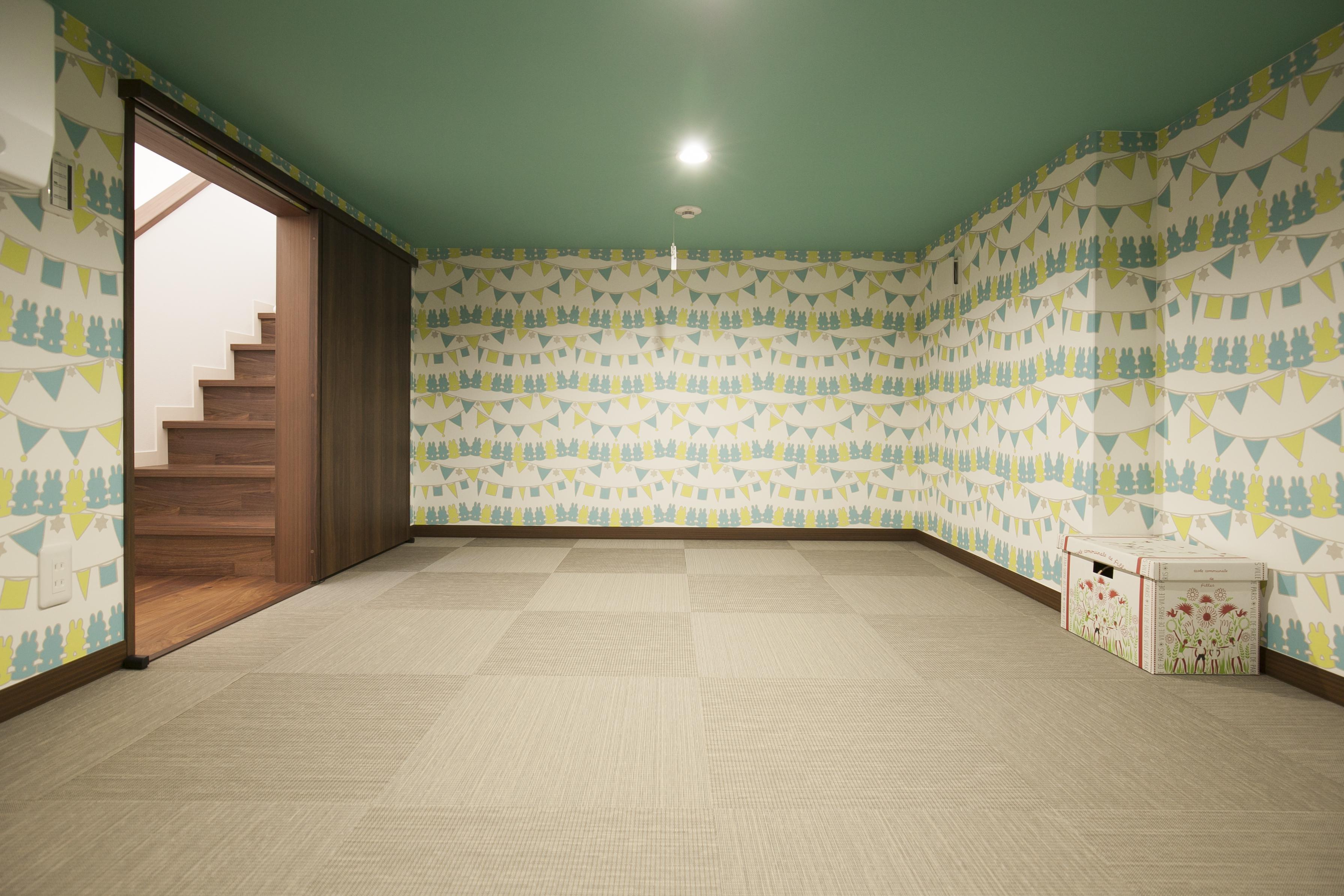 ミサワホーム静岡【デザイン住宅、収納力、スキップフロア】1階と2階の間の階段踊り場に「蔵」を設置。住まいの中心に大収納空間があるため、どの部屋からも近くて便利。家族の共有のモノはもちろん、一人ひとりが使用するモノもまとめてたっぷり収納