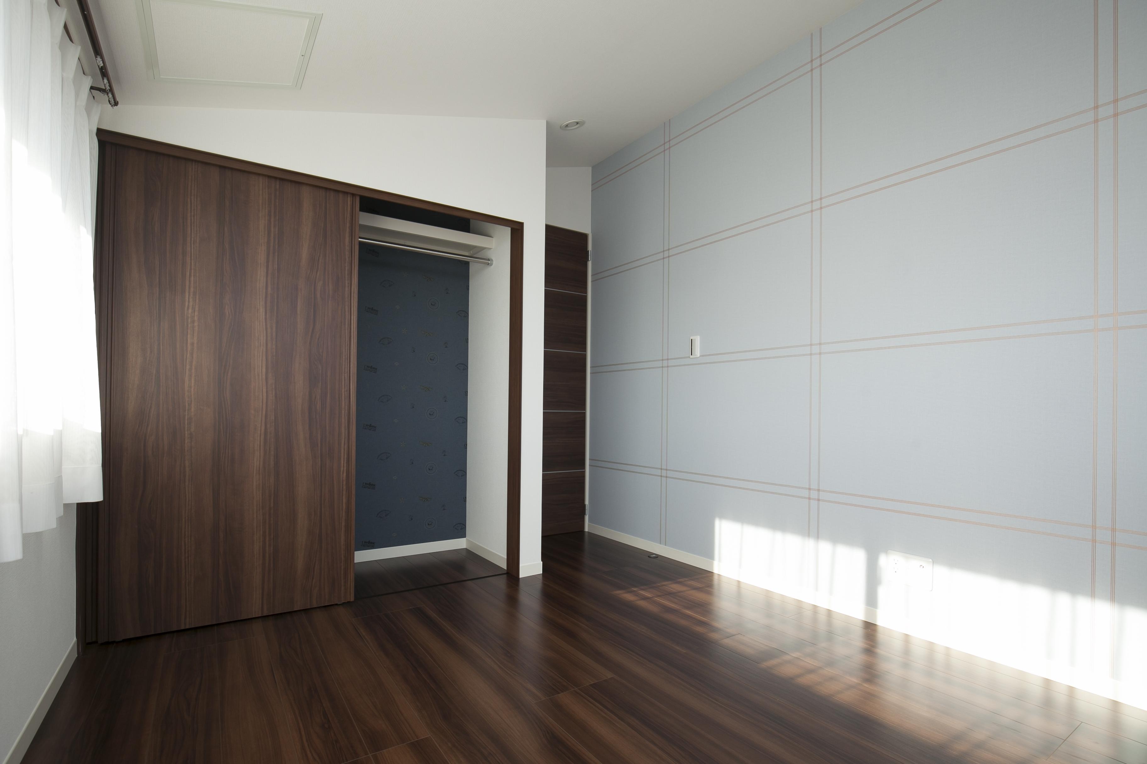 ミサワホーム静岡【デザイン住宅、収納力、スキップフロア】子供部屋の壁にはアクセントクロスを貼り、楽しく明るく過ごせるデザインに