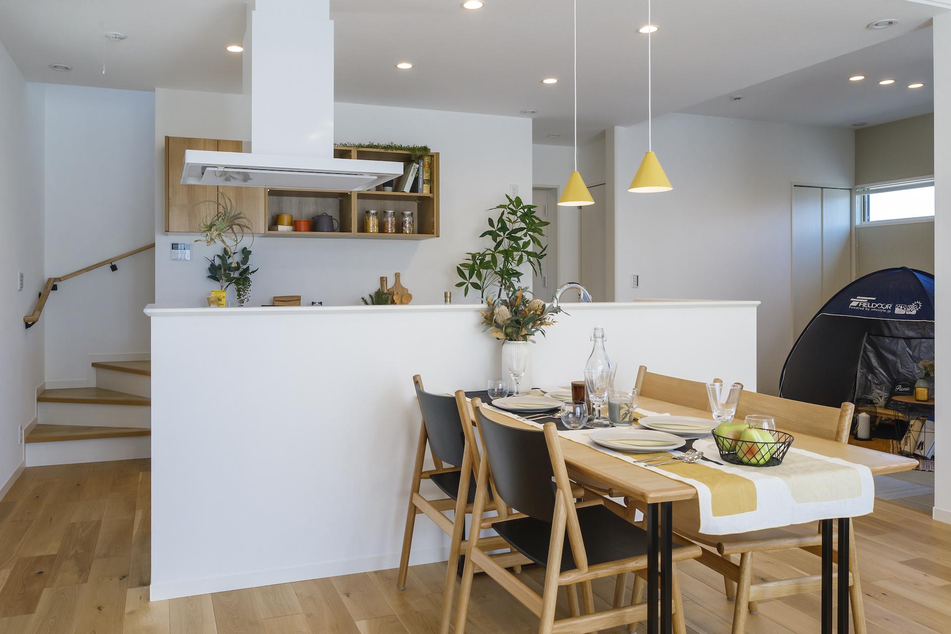 ミサワホーム静岡【デザイン住宅、収納力、インテリア】キッチンからはリビングダイニング、オープンタイプの和室が見渡せるので、家事をしながら家族の気配を感じ取れる