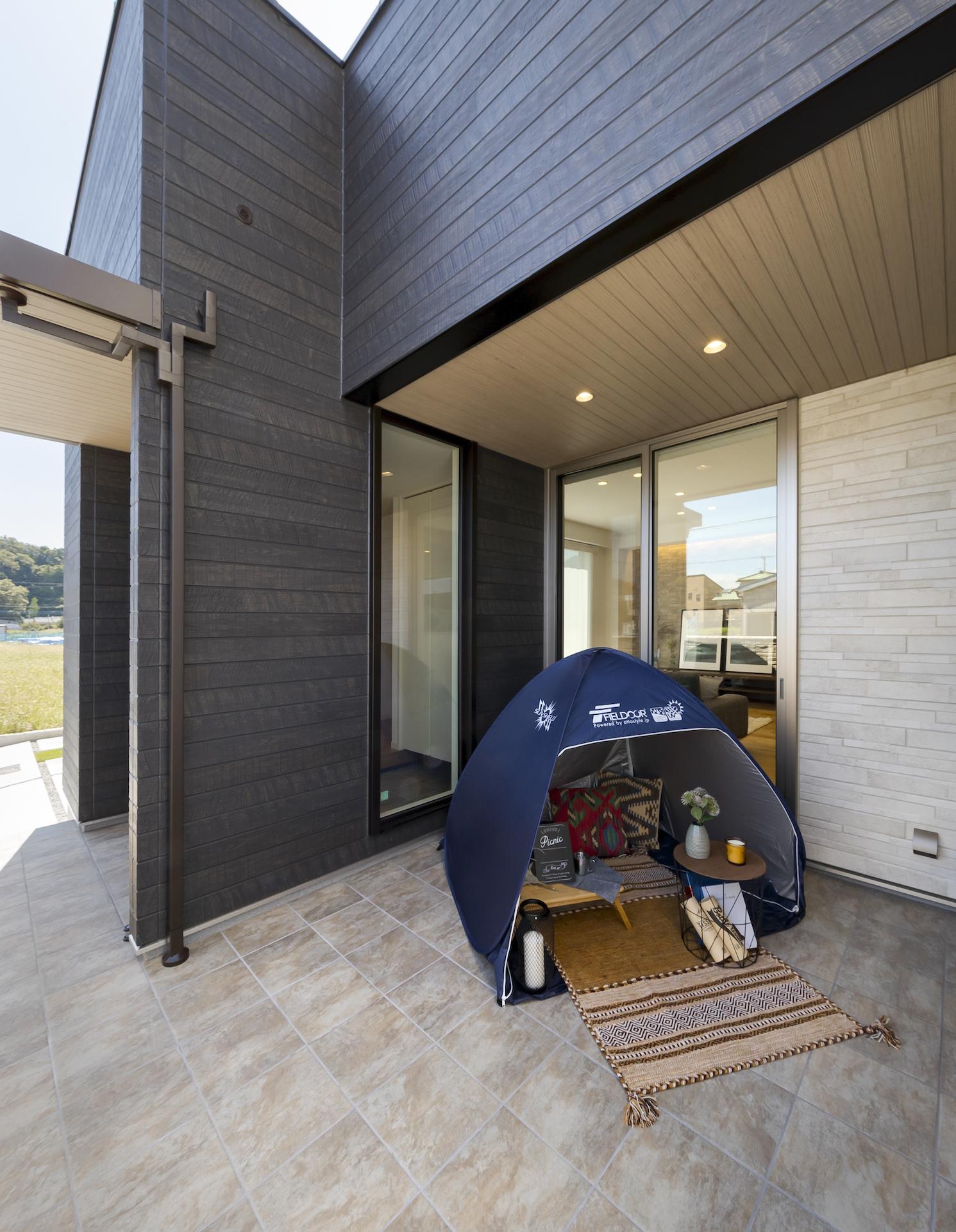 ミサワホーム静岡【デザイン住宅、収納力、インテリア】玄関、リビング、和室の3か所から出入りできる中庭テラスは、屋根があるので急な雨でも安心。洗濯物干しスペースとしてはもちろん、子供の遊び場所や大人のくつろぎスペースなど、活用用途はたくさん