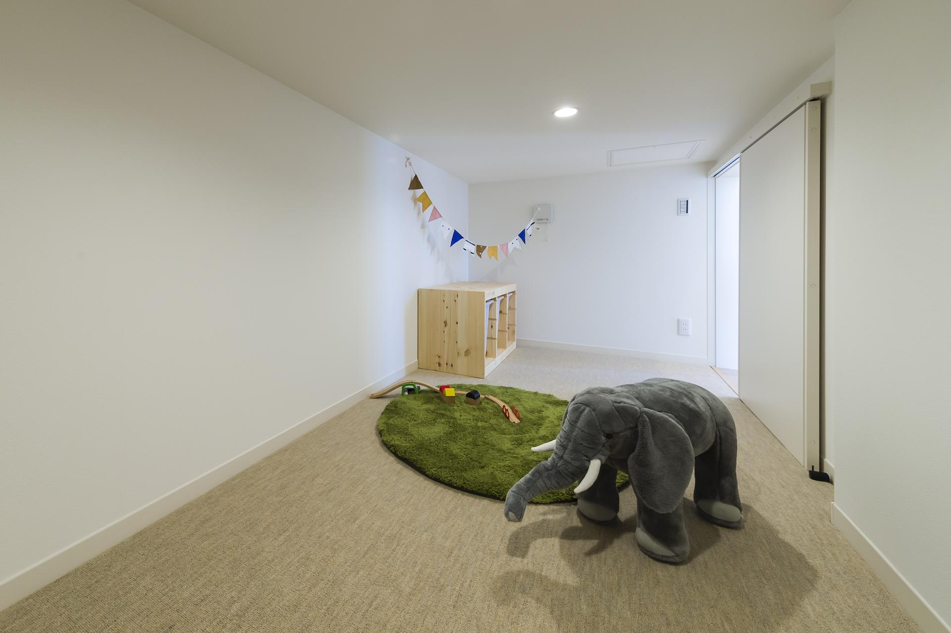 ミサワホーム静岡【デザイン住宅、収納力、インテリア】暮らしを豊かにする大収納空間「蔵」。日用品や衣類のほか、趣味の道具や季節の調度品、災害時のための備蓄品などもたっぷりしまえるので、ライフスタイルが広がる。床面がカーペットなので、小さなお子様の遊び場としても大活躍
