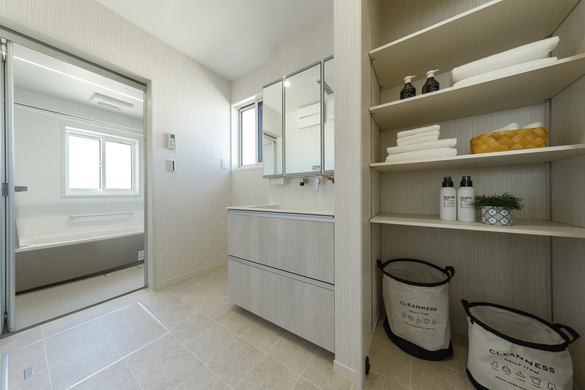 ミサワホーム静岡【デザイン住宅、収納力、インテリア】家事ラクの秘訣は、適材適所の収納にあり。洗面所に設けたリネン庫は、タオルだけでなくパジャマなどのお風呂の用意一式、洗剤などのストックもたくさん収納可能。洗面化粧台の収納とあわせれば、いつでもモノが片付きすっきり暮らせる
