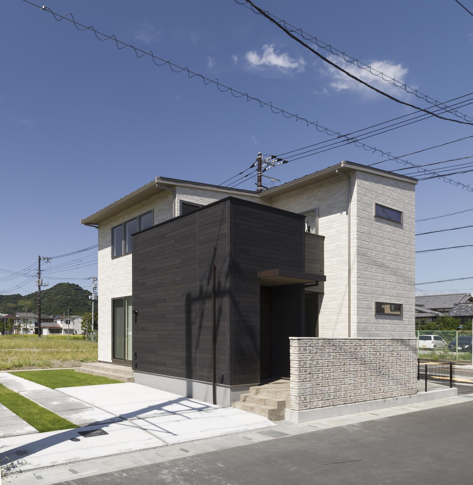 ミサワホーム静岡【デザイン住宅、収納力、インテリア】大きなバルコニーとメリハリある外壁の貼り分けが印象的。美しい佇まいは、断熱性能などの機能だけでなく、建物全体との調和や、窓の景色をいかに美しく切り取ることができるかといったところまでに注力した、ミサワホームオリジナルのサッシのおかげでもある