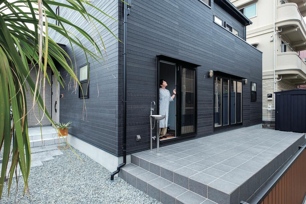 OWN RESORT HOME(オウンリゾートホーム)【デザイン住宅、趣味、インテリア】家の南面には室内と同じ高さのタイルテラスを設けた