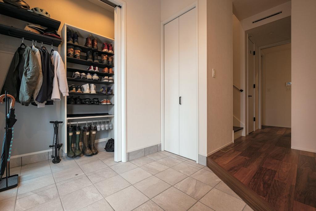OWN RESORT HOME(オウンリゾートホーム)【デザイン住宅、趣味、インテリア】広い玄関は大勢の来客があってもごちごちゃせず、アウトドアグッズの整とんにも便利