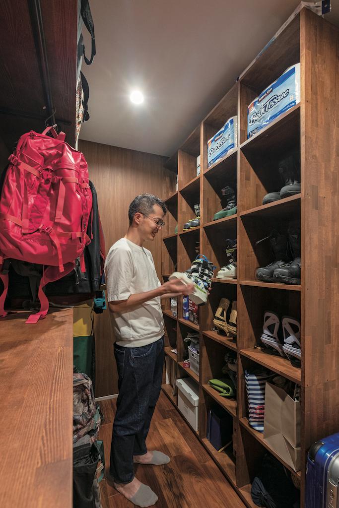 OWN RESORT HOME(オウンリゾートホーム)【デザイン住宅、趣味、インテリア】写真右側に靴、左側にウェアとリュックを収納。入れる物に合わせて棚を作り、見やすく出し入れしやすい造りに。家具屋の手仕事ならではの完成度の高い仕上がり