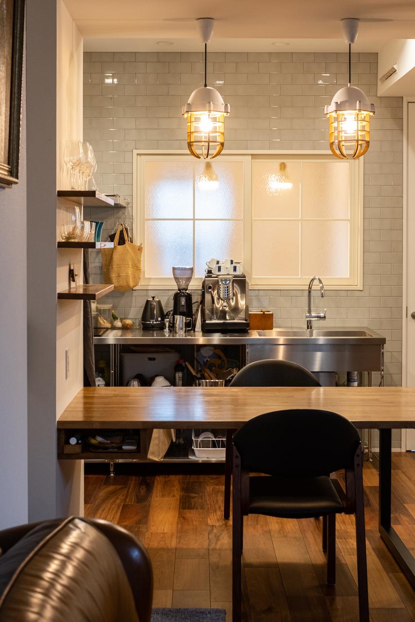 OWN RESORT HOME(オウンリゾートホーム)【1000万円台、デザイン住宅、インテリア】Sさんお気に入りのステンレスキッチンは、カフェを開くことも考えて壁向きに。タイルと珪藻土の壁に白い窓枠やドアがやさしい雰囲気をかもし出す。キッチン下はサッと出し入れできるオープンスタイル