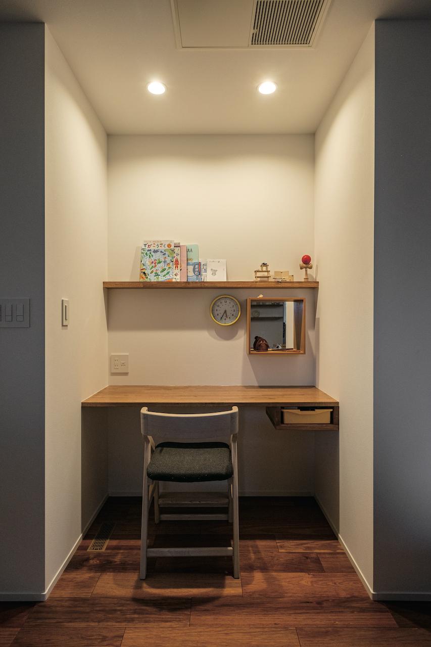 OWN RESORT HOME(オウンリゾートホーム)【1000万円台、デザイン住宅、インテリア】ダイニング横に設けた造作カウンターデスク。壁に囲まれた空間で集中して宿題に取り組める