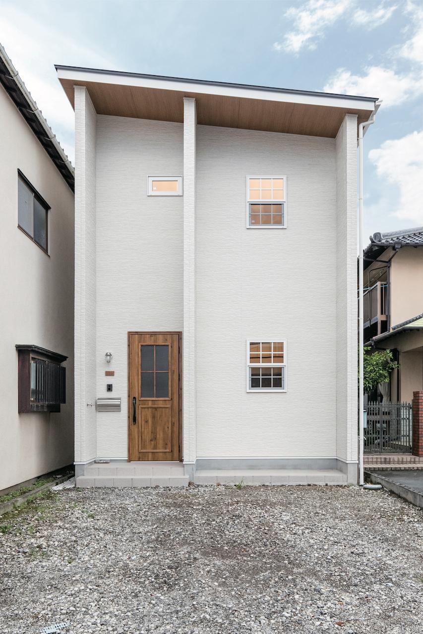 OWN RESORT HOME(オウンリゾートホーム)【1000万円台、デザイン住宅、インテリア】袖壁と深い軒が印象的な外観。欧米風の上げ下げ格子窓がアクセント。駐車スペースも2台分確保できた