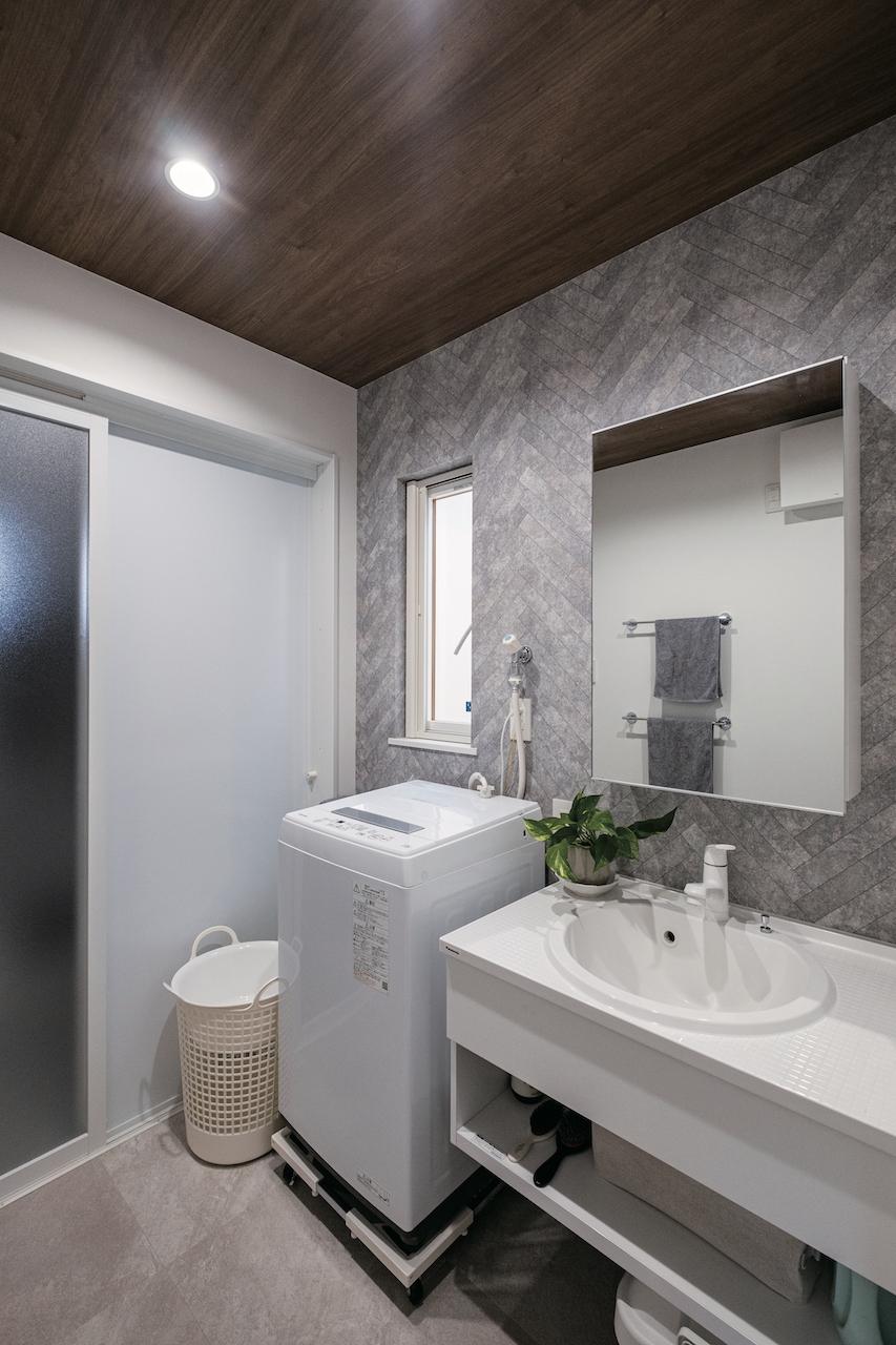 OWN RESORT HOME(オウンリゾートホーム)【1000万円台、デザイン住宅、インテリア】ヘリンボーン柄の壁紙をアクセントにした洗面脱衣室。天井は落ち着いた木目調で他の部屋とは異なる雰囲気に