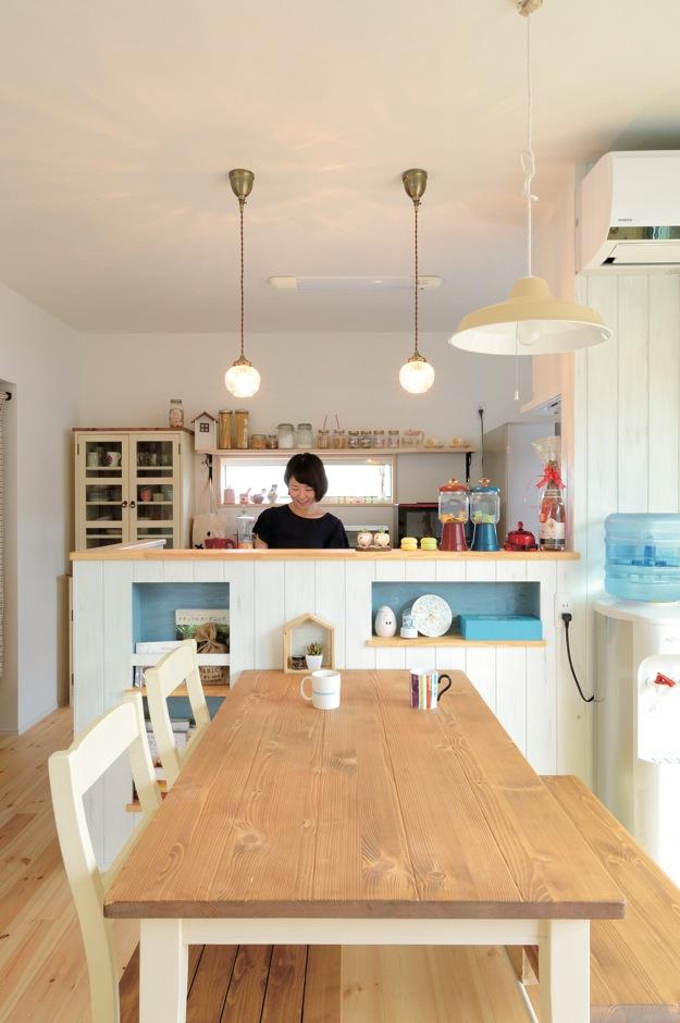 アキケンチク【1000万円台、子育て、自然素材】絵本に出てくる家のような、カントリー調のダイニングキッチン。和室、リビング、庭と、家族がどこにいても様子が見えるので、子育てママも安心