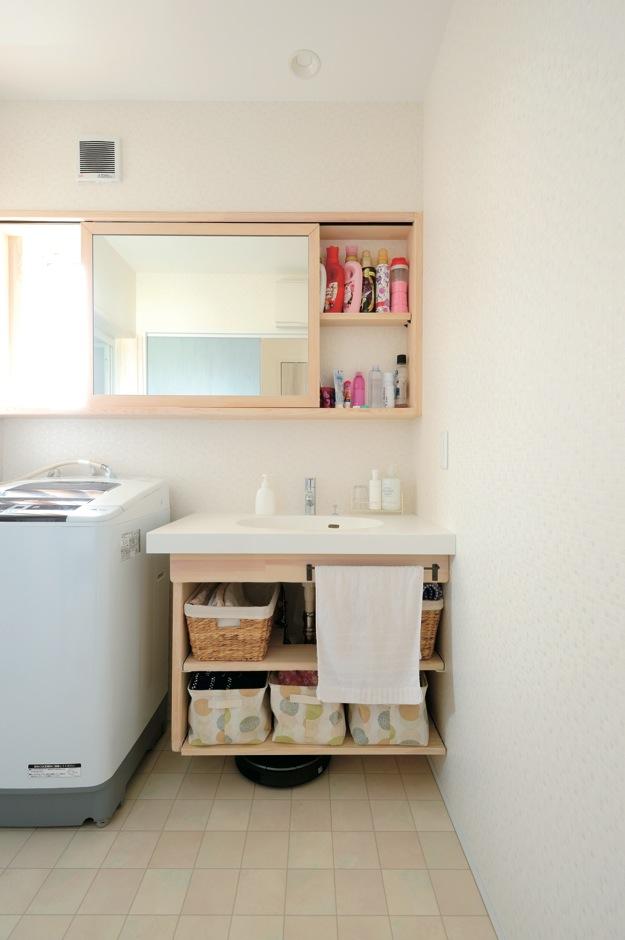 アキケンチク【1000万円台、子育て、自然素材】鏡をスライドさせて洗剤やシャンプーを収納することで、空間を広く使える。洗面台下の可動式収納棚も造作