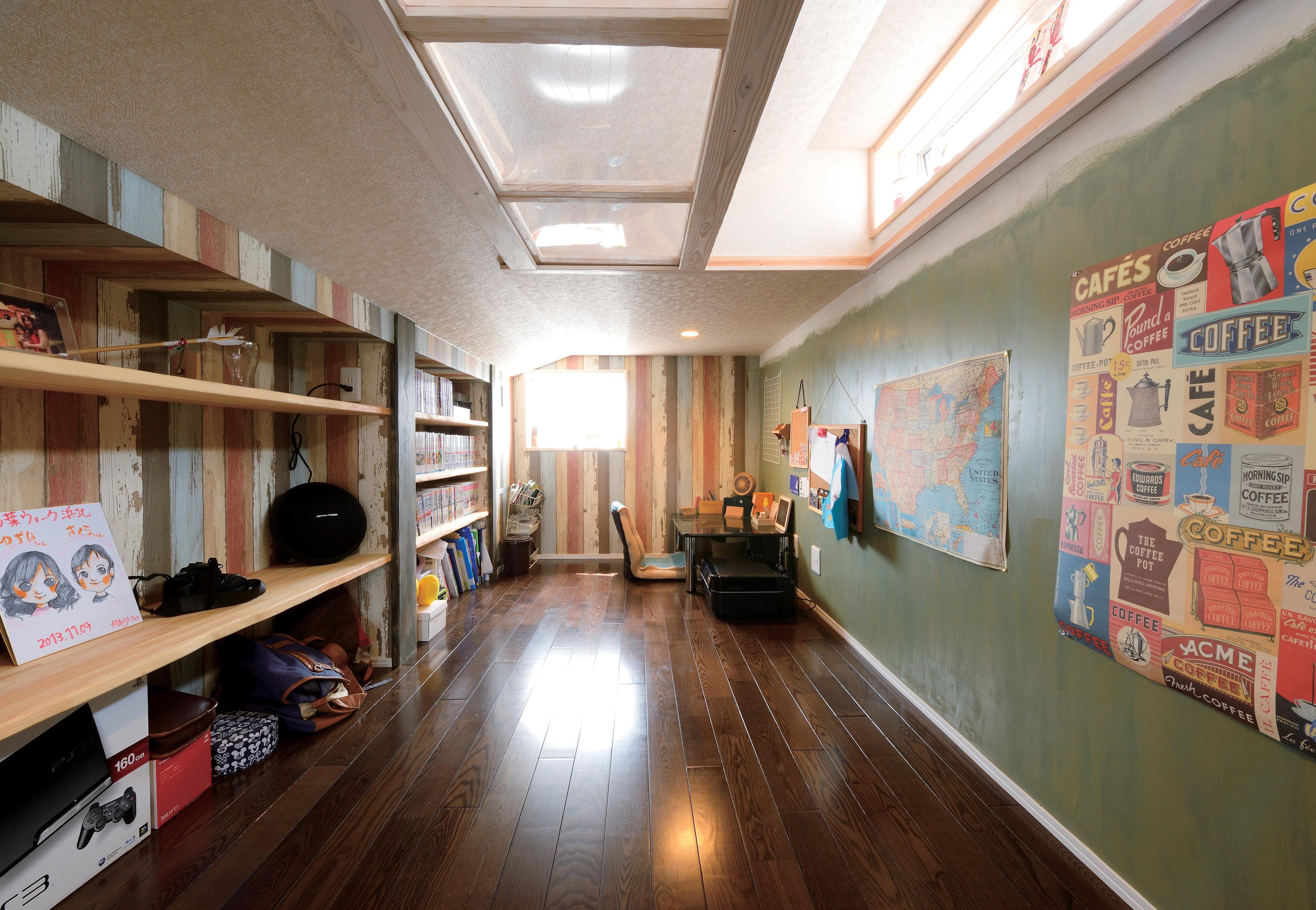 アキケンチク【1000万円台、子育て、自然素材】6畳の小屋裏収納はご主人専用の「男の隠れ家」。アクリルの透明ガラスを採用し、明るさを確保。ムラのある塗装やクロスは『アキケンチク』の代名詞