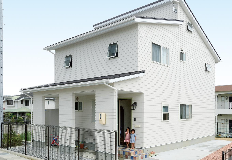 アキケンチク【1000万円台、子育て、自然素材】北側玄関は奥さまのこだわり。エアコンに頼らず、自然の光と風をたっぷり採りこむため、窓を多めに設置した