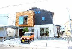 インナーガレージとスキップフロアのある収納上手な家