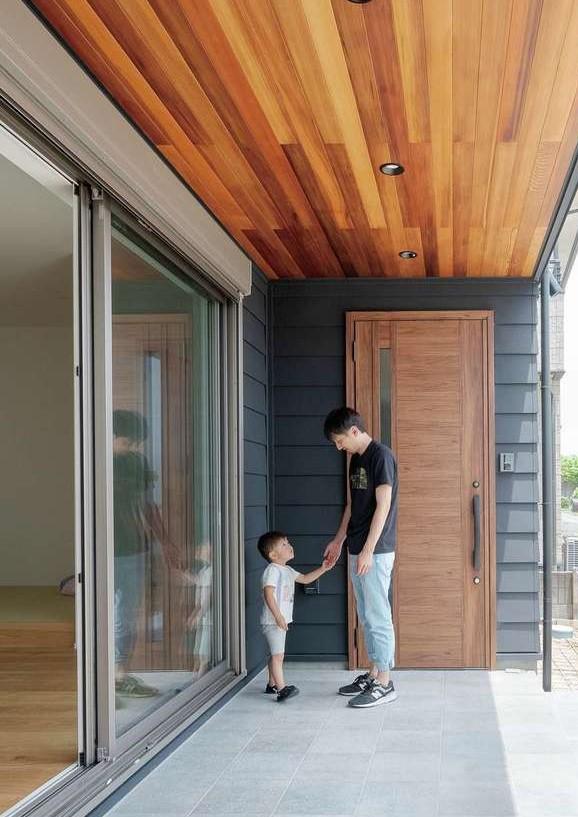 KureKen 榑林建設【デザイン住宅、自然素材、省エネ】軒天にレッドシダーを貼ったポーチは、プールによしBBQによし。アウトドアリビングとしても利用できる