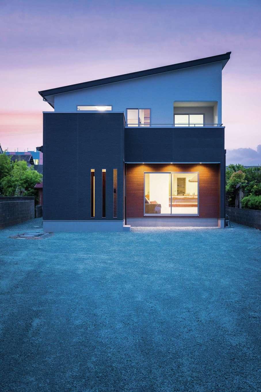 KureKen 榑林建設【デザイン住宅、省エネ、間取り】通りから奥まった立地ということもあり、LDKには大きな開口を用意。一方、玄関ポーチは囲いを設け、出入りの際に雨風の影響を受けないよう配慮されている