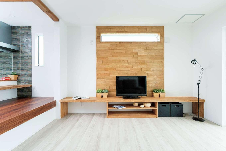 KureKen 榑林建設【デザイン住宅、省エネ、間取り】木製の壁と造作のテレビボードでナチュラルなぬくもりが添えられている