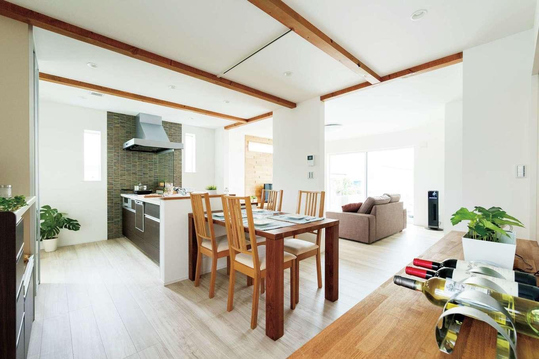 KureKen 榑林建設【デザイン住宅、省エネ、間取り】和室と合わせれば28畳もの広さを持つが、段差と仕切りで役割が穏やかに分けられ、どの空間にいても居心地がいい。家事動線にも気が配られている