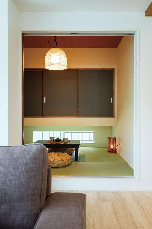 KureKen 榑林建設【デザイン住宅、省エネ、間取り】和室は子ども達がゴロゴロしたり、来客を迎えたり。和のくつろぎの中にほどよいモダンさがブレンドされ、普段はLDKの一部として機能する。吊り押し入れが、広さと明るさを演出