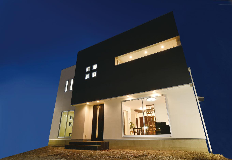 白と黒のコントラストが印象的な外観。形の異なる窓が印象的