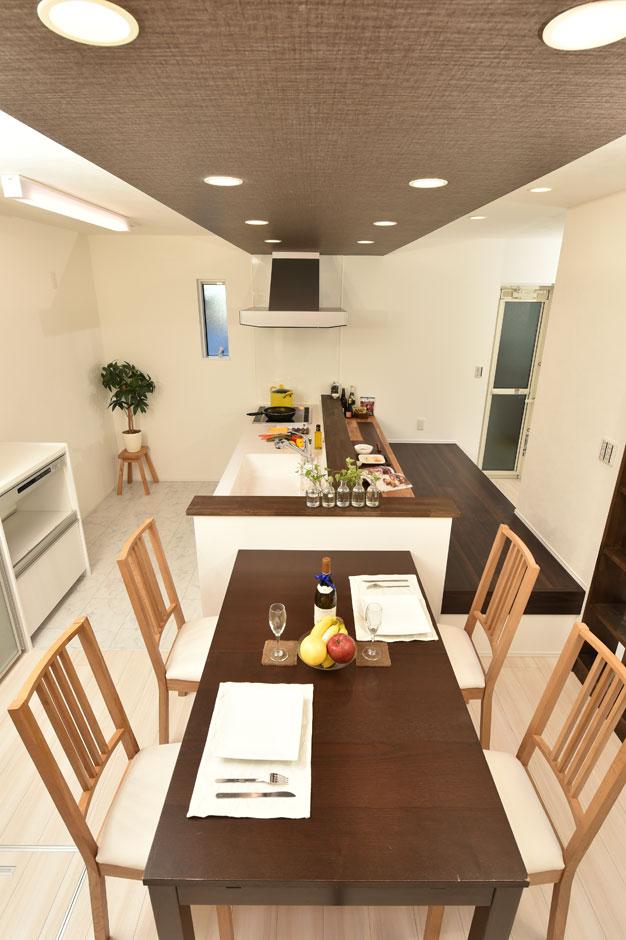 広いキッチンの対面には施主様こだわりのカウンターを設置