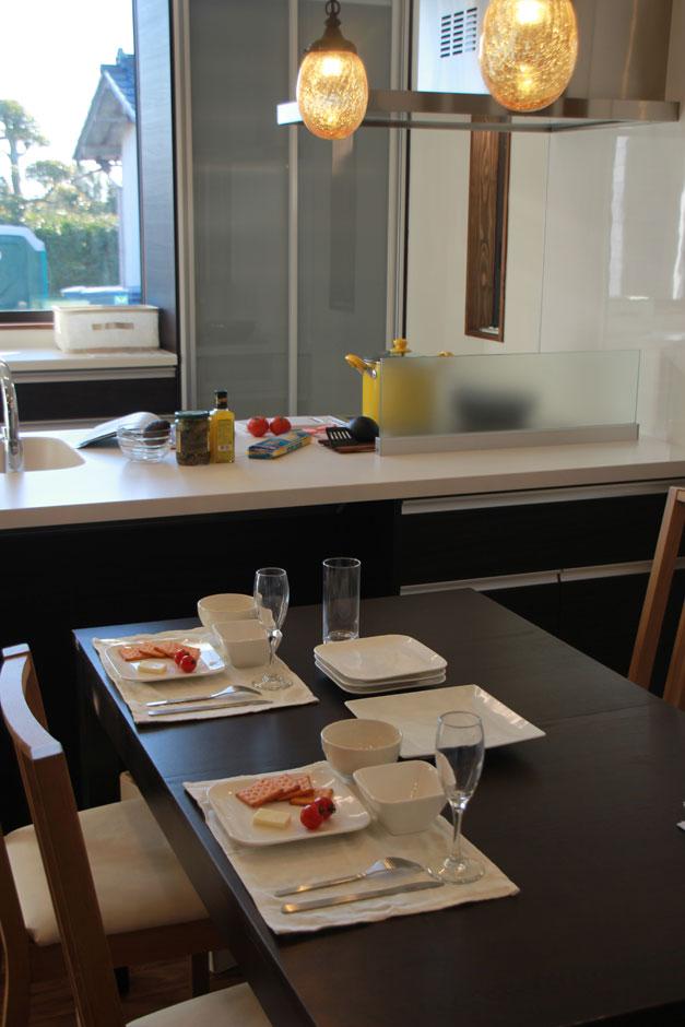 KureKen 榑林建設【デザイン住宅、省エネ、間取り】食事を楽しむダイニングキッチンは黒を基調にし、モダンでシックな雰囲気に