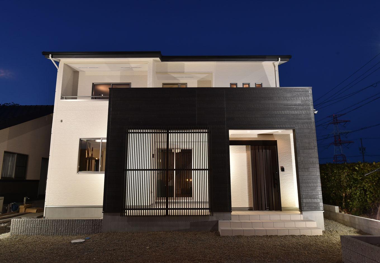 KureKen 榑林建設【デザイン住宅、省エネ、間取り】白と黒のコントラストが美しく、格子はほどよい目隠しの効果も