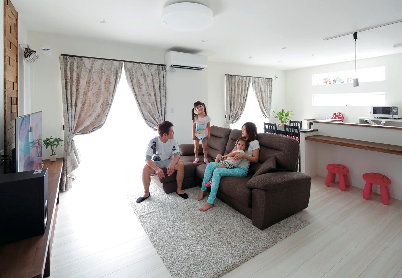 ホワイトをベースとした空間に、造作の木製カウンターやテレビ台、壁のモザイクウッドが落ち着きとあたたかみを添えている。24時間換気システムにより、常にきれいな空気が家族の団らんを包む