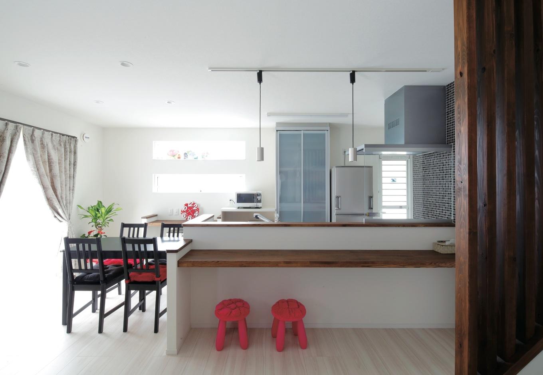 リビング階段や将来の宿題カウンターは、子どもたちとのつながりが自然なものになるように。食器や食品ストックも十分な置き場所が確保されている